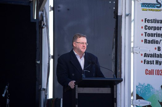 1600px-Minister_for_Infrastructure_and_Transport,_Anthony_Albanese_speech_at_the_Holbrook_bypass_open_day.jpg